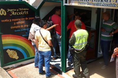 Pese a la oportuna reacción de la Policía, los delincuentes se quedaron con el botín, avaluado en $ 30 millones, según los comerciantes afectados.