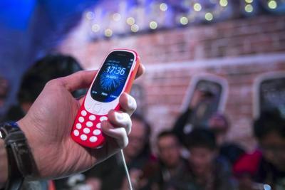 """Los celulares """"panela"""" que resisten la embestida de los 'smart'"""