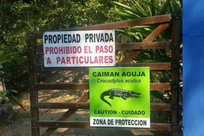 En el lugar donde desapareció el niño hay letreros de advertencia sobre la presencia de caimanes.