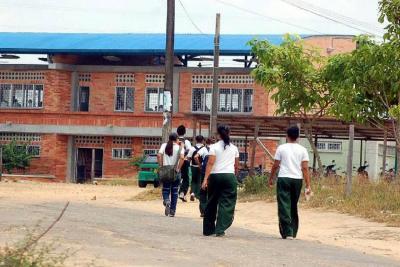 La gresca comenzó afuera de la institución educativa Paloka. La Policía dijo que llegó a atender una riña estudiantil, pero la Secretaría de Educación dijo que no fueron estudiantes, sino presuntos expendedores de drogas.