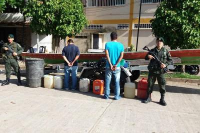 Estas dos personas fueron detenidas en inmediaciones de Puerto Boyacá cuando robaban hidrocarburos.