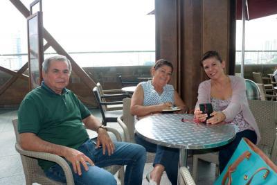 Pedro Delgado, Rosalba Abril y Andrea Delgado.