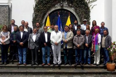 Fotografía cedida por el ELN que muestra a los jefes negociadores, Gustavo Bell (3i), y del ELN, Pablo Beltrán (4d-abajo), así como al exmediador ecuatoriano, Juan Meriguet (centro).