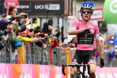 Haciendo gala de un gran estado de forma, el británico Simon Yates ganó la etapa 15 del Giro, afianzándose en el liderato y dando un paso firme en su intención de ganar la carrera.