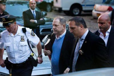 El productor Harvey Weinstein se entregó a la policía de Nueva York