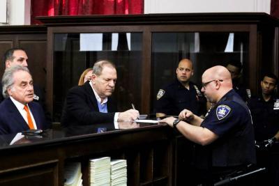 """""""Te tenemos"""", dicen víctimas de Weinstein tras comparecer por presuntos abusos sexuales"""