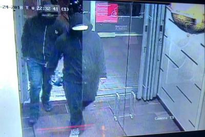 Las autoridades en Canadá buscan a dos personas que fueron las que hicieron explotar un artefacto en un restaurante.