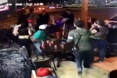 Al parecer, unos hombres golpearon a las mujeres porque estaban bailando juntas.