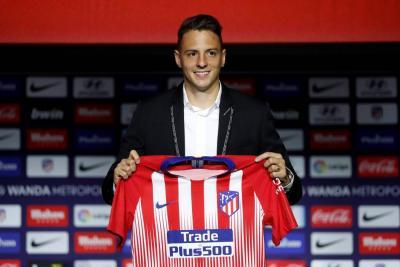 El lateral colombiano Santiago Arias fue presentado ayer oficialmente como nuevo jugador del Atlético de Madrid, equipo con el que firmó por cinco temporadas y al que llega después de haber estado en el PSV Eindhoven de Holanda.
