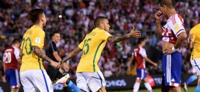 Con un agónico gol de Dani Alves, Brasil logró un valioso empate a dos tantos ante Paraguay en Asunción.