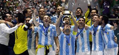 La selección Argentina consiguió el título de la Copa Mundial de Fútbol Sala Colombia-2016 al vencer 5-4 en la gran final a Rusia. El equipo 'gaucho' se corona por primera vez en la historia, en un evento que ha sido dominado por Brasil (cinco títulos) y España (dos títulos). La 'Albiceleste' disputó siete partidos de los cuales ganó seis y empató uno.
