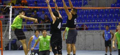 Fueron cuatro días de intensa actividad del voleibol en el coliseo Bicentenario - 'Alejandro Galvis Ramírez', con la disputa de los torneos Comunitario y Estudiantil que organizó el Inderbu. En la gráfica, el partido por el tercer lugar en la rama masculina entre UIS y Leopardos.