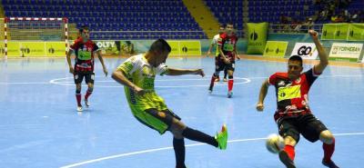 Real Bucaramanga y Cúcuta Niza protagonizaron, el jueves en la noche, uno de los partidos más emocionantes de la Liga Argos de Futsal. El cuadro 'motilón' ganaba 3-0, pero el elenco 'búcaro' no bajó los brazos y remontó el marcador para imponerse 4-3 y clasificar a los octavos de final.