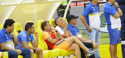 Diego Cagna, técnico del Atlético Bucaramanga, no ha pasado buenas tardes en el estadio Alfonso López. Ayer, en medio del duelo ante Itagüí Leones, el estratega sufrió en el banco y parecía no encontrar la fórmula para hacer funcionar al 'Leopardo'.