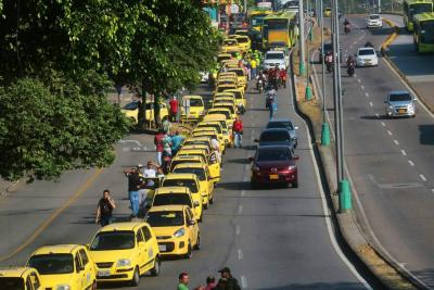 Estas son las imágenes de la protesta de más 200 taxistas en Bucaramanga