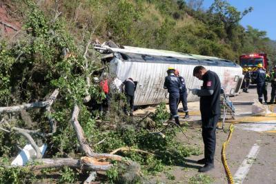Las imágenes que dejó el accidente de bus vía al aeropuerto
