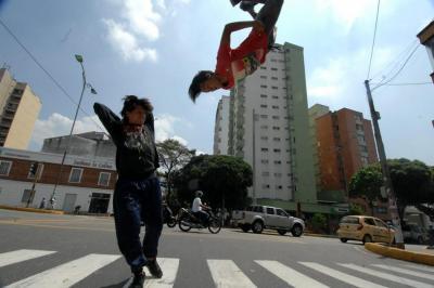A diario decenas de personas presentan pequeños espectáculos para los conductores bumangueses con el fin de conseguir el sustento el diario. En la foto, dos jóvenes bailan en un semáforo de la carrera 27.