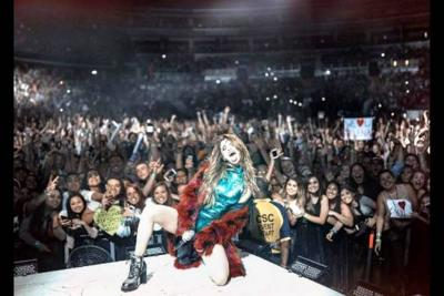 Así fue la caída de Selena Gómez durante concierto en EEUU
