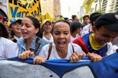 EL líder opositor Henrique Capriles le pide a las fuerzas militares defender la Constitución.