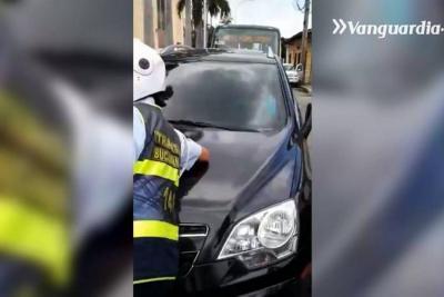 Graban a conductor que arrolló a agente de Tránsito y peatones y huyó en Bucaramanga