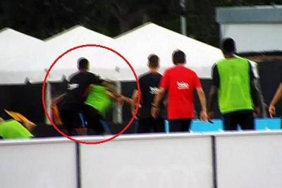 Javier Mascherano tuvo que intervenir para calmar los ánimos.