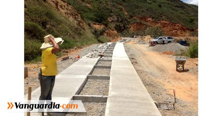 En la vía Cepitá-Troncal Central se construyen 800 metros de ... - Vanguardia Liberal