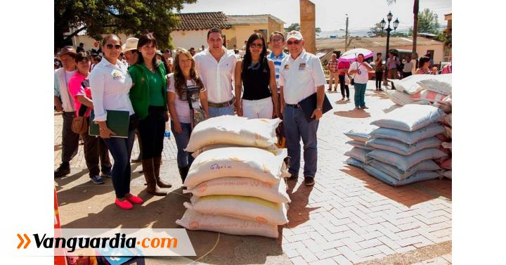 Gobernador entregó insumos a familias de Guavatá para fortalecer ... - Vanguardia Liberal