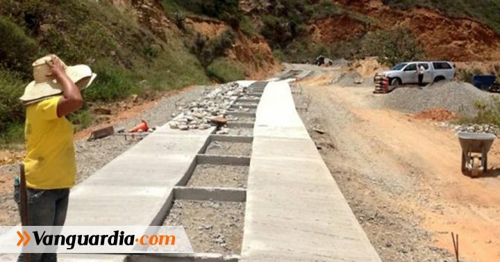 En la vía Cepitá-Troncal Central se construyen 800 metros de placas huellas - Vanguardia Liberal