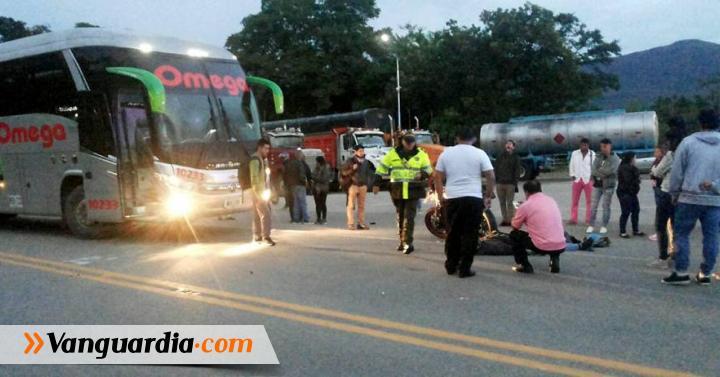 Accidente entre bus y moto dejó un herido en Pinchote - Vanguardia Liberal