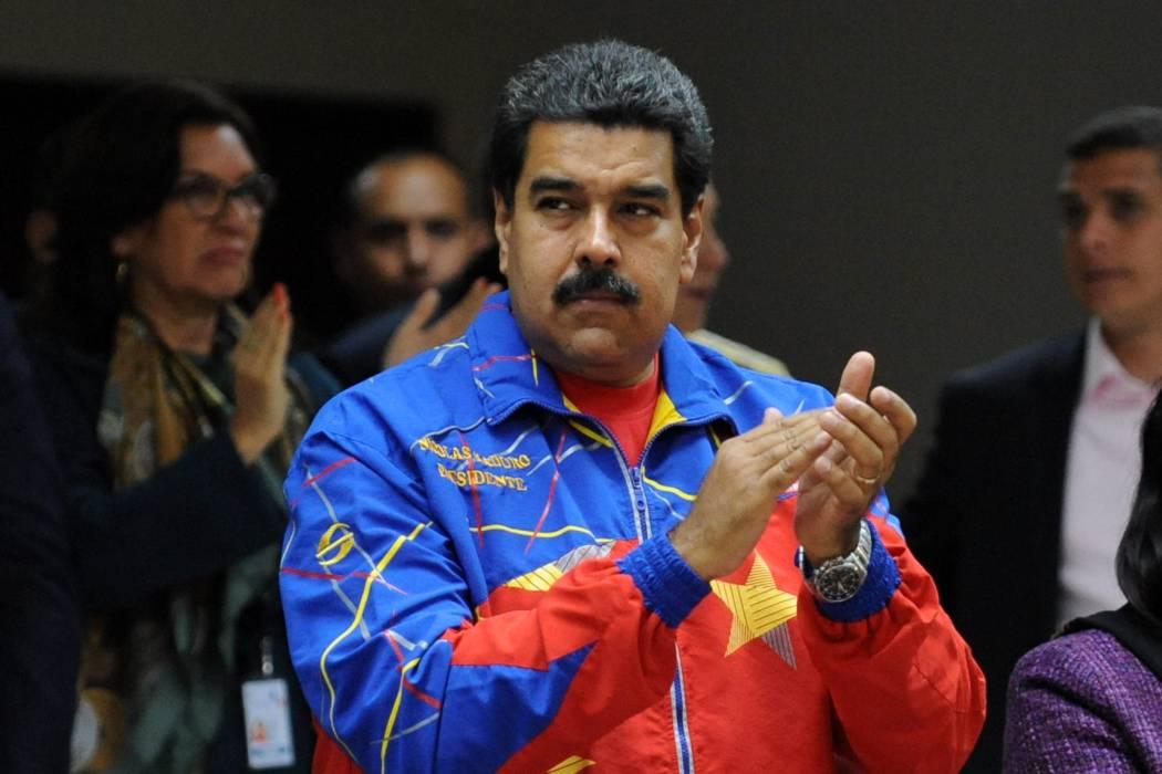 Mujer le lanza un mango a Nicolás Maduro y le regalan una casa