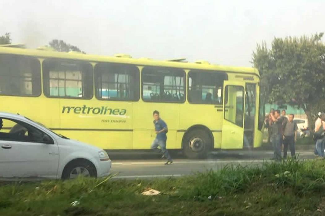 Evacúan bus de Metrolínea tras conato de incendio en 'Papi quiero Piña'
