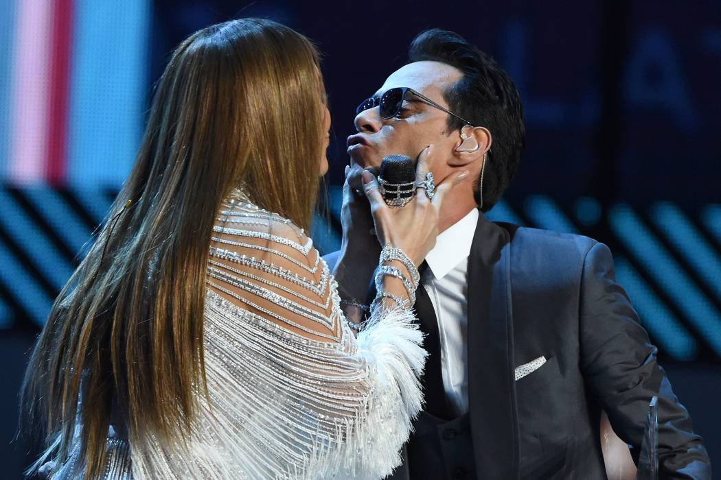 El beso de Marc Anthony y Jennifer López en los Grammy
