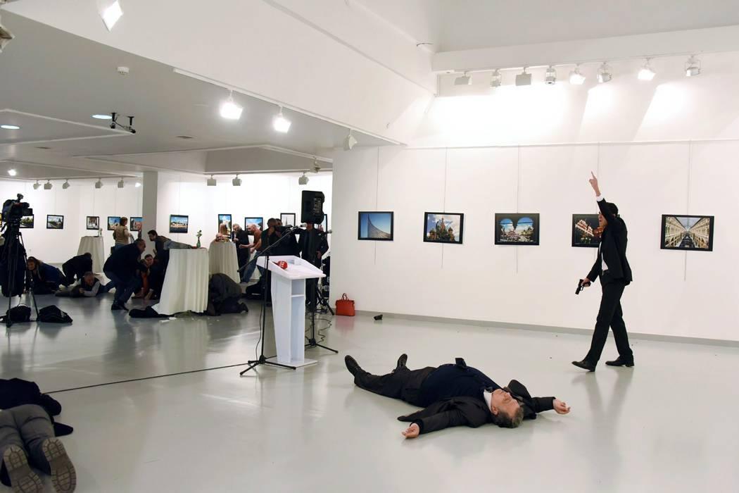 Nuevo video del momento exacto en el que asesinan al embajador ruso en Turquía