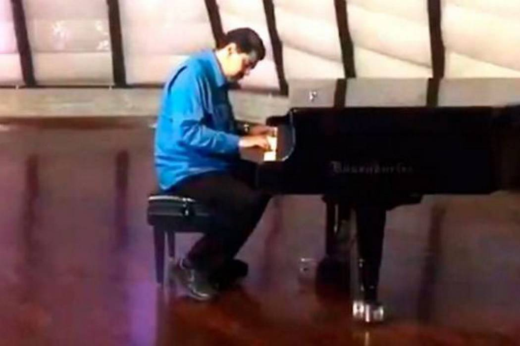 En medio de la crisis en Venezuela, Maduro aparece tocando el piano