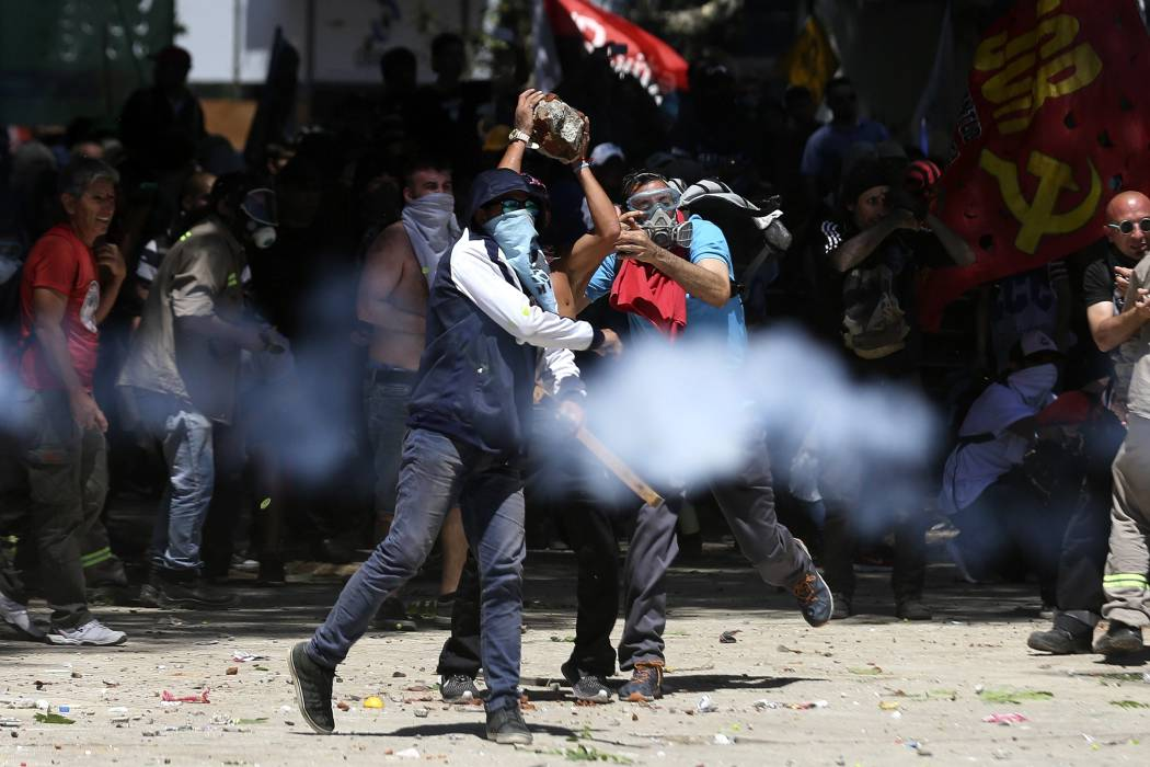 Aumentan a 109 los heridos en batalla campal por tenso debate de reforma en Argentina