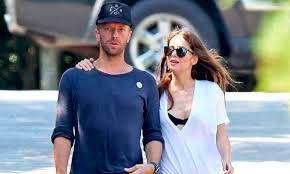 Dakota Johnson trabaja con su novio Chris Martin y dirige clip para Coldplay