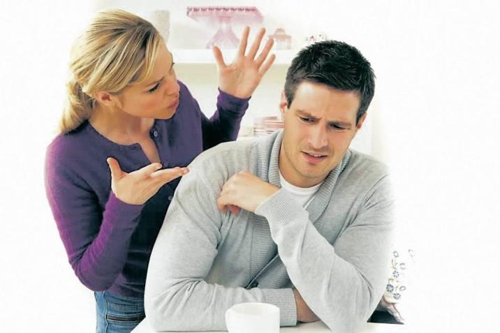 Resultado de imagen para hombre enojado revisando el teléfono a su novia