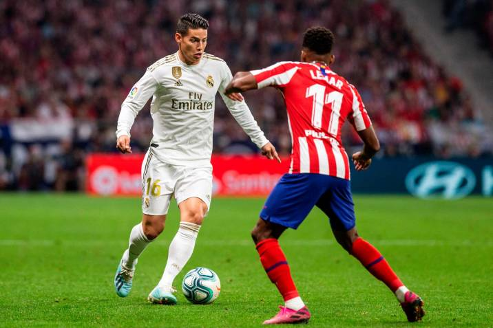 El centrocampista colombiano del Real Madrid, James Rodríguez , intenta superar al jugador francés del Atlético de Madrid, Thomas Lemar.