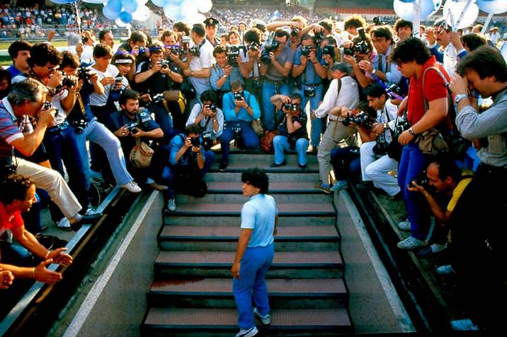 Diego Armando Maradona en la presentación con el Nápoles. (116_DM.on.the.day.of.his.presentation.in.Naples - Alfredo Capozzi)