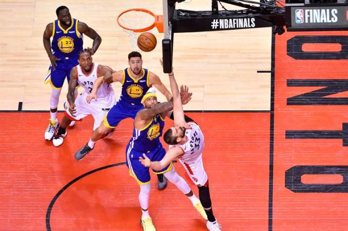 Los Warriors ganan a los Raptors y mantienen viva la final