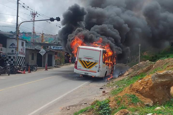Video: Bus de transporte escolar se incendió en el norte de Bucaramanga
