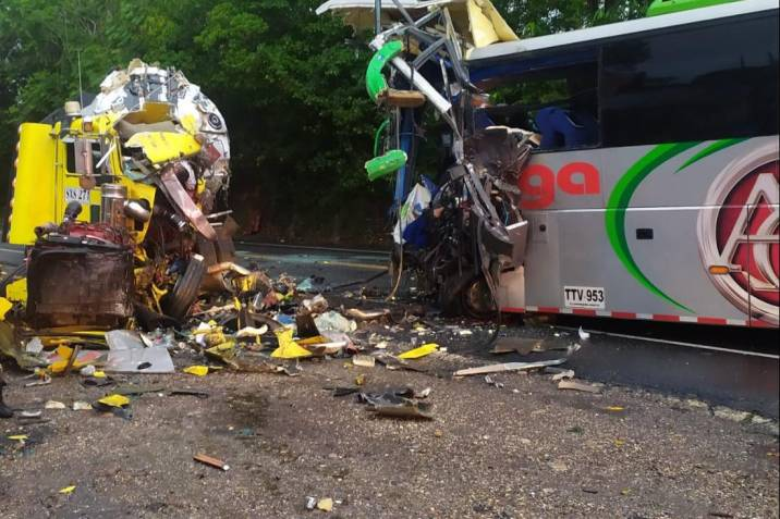 Accidente entre bus intermunicipal y tractomula deja tres fallecidos en Santander