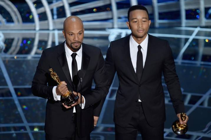 Lonnie Lynn aka Common y John Stephens recibiendo el premio a la Mejor canción original, Glory, por la pelicula Selma. (Photo by Kevin Winter/Getty Images)