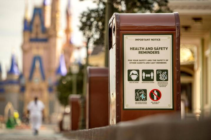 Un aviso con las normas de seguridad e higiene en el Walt Disney World Resort en Lake Buena Vista, Florida (EEUU). EFE/Kent Phillips/Disney