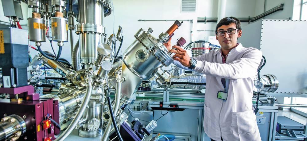 Laboratorio de ciencias de superficies, donde está la única plataforma XPS en Colombia, que sirve para análisis de superficies de materiales.