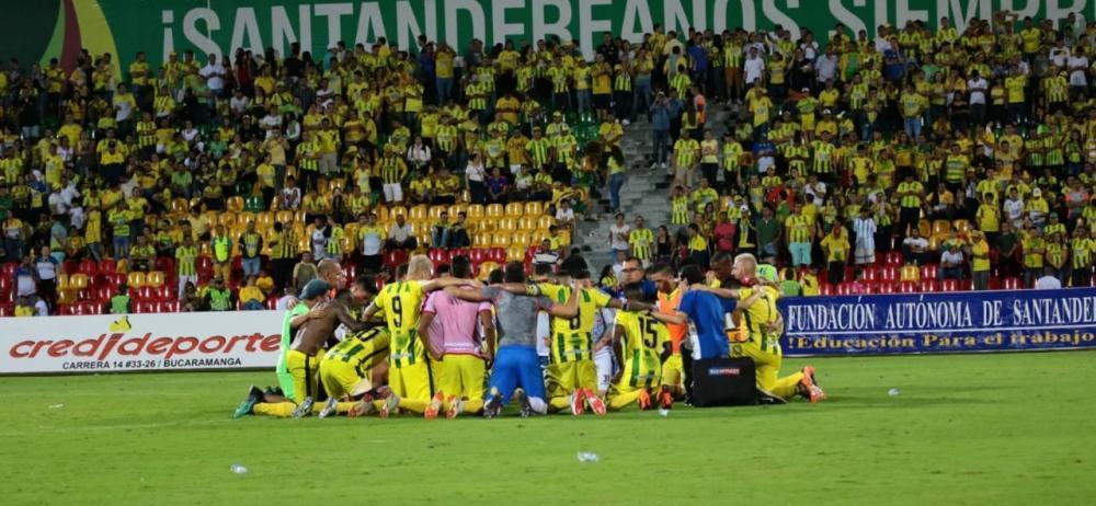 El equipo local ora después de la victoria contra Independiente Medellín.