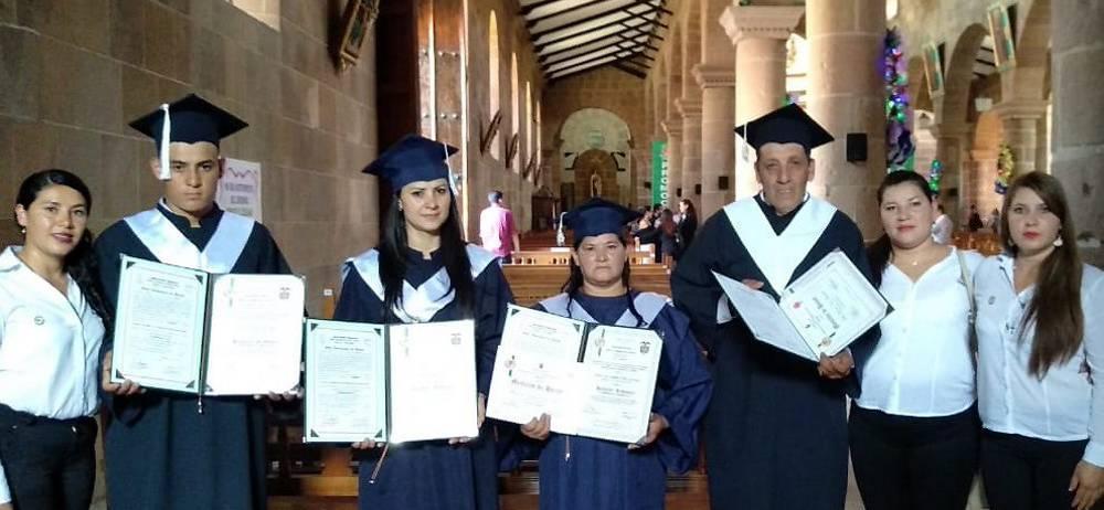 Cuatro bachilleres de la familia Niño Niño en compañía de sus hermanas, hijas y docentes.