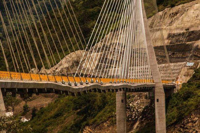 Puente Hisgaura en Colombia se encogió en forma de acordeón