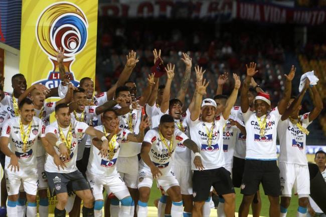 Jugadores de Junior rompen el trofeo de la Liga