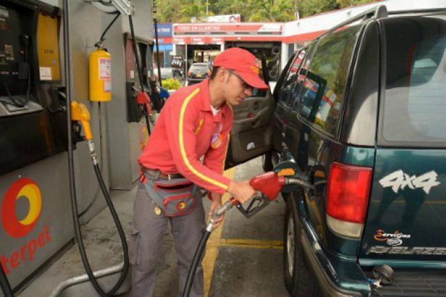Ecuador inicia el año con una baja en el precio del combustible